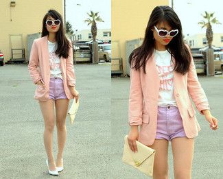 Cómo combinar: blazer rosado, camiseta con cuello circular estampada en blanco y rosa, pantalones cortos vaqueros violeta claro, zapatos de tacón de cuero blancos