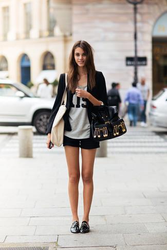 Empareja un blazer negro con unos pantalones cortos para un look diario sin parecer demasiado arreglada. Zapatos derby de cuero negros añadirán un nuevo toque a un estilo que de lo contrario es clásico.