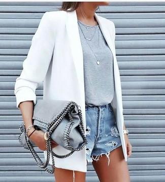Cómo combinar: blazer blanco, camiseta con cuello circular gris, pantalones cortos vaqueros desgastados celestes, bolsa tote de ante gris