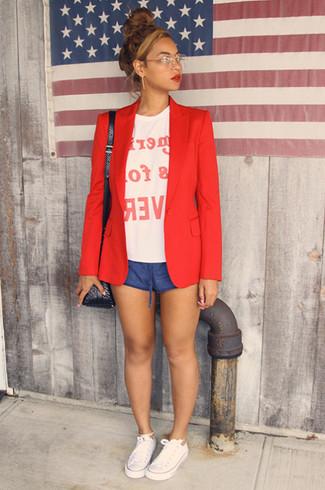 Cómo combinar: blazer rojo, camiseta con cuello circular estampada en blanco y rojo, pantalones cortos azules, tenis de lona blancos