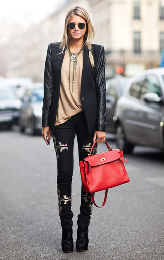 Cómo combinar: blazer de cuero negro, camiseta con cuello circular marrón claro, pantalones pitillo estampados negros, botines de ante negros