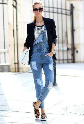 Cómo combinar: blazer negro, camiseta con cuello circular de rayas horizontales en blanco y negro, peto vaquero azul, tenis de ante de leopardo marrón claro