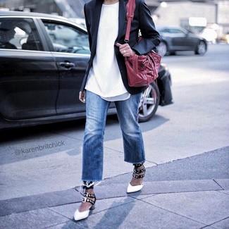 Cómo combinar: blazer negro, camiseta con cuello circular blanca, vaqueros azules, zapatos de tacón de cuero en blanco y negro