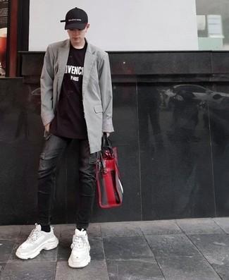Cómo combinar: blazer gris, camiseta con cuello circular estampada en negro y blanco, vaqueros negros, deportivas blancas