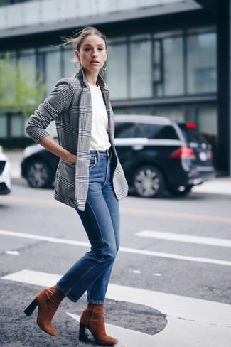 Cómo combinar: blazer de tartán gris, camiseta con cuello circular blanca, vaqueros azules, botines de ante en tabaco