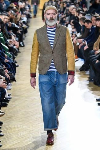 Cómo combinar: blazer verde oliva, camiseta con cuello circular de rayas horizontales en blanco y azul, vaqueros azules, zapatos derby de cuero burdeos