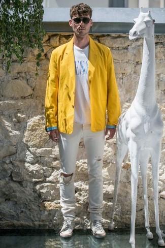 Cómo combinar: blazer de lino amarillo, camiseta con cuello circular estampada en blanco y azul, vaqueros desgastados blancos, zapatillas altas de lona blancas