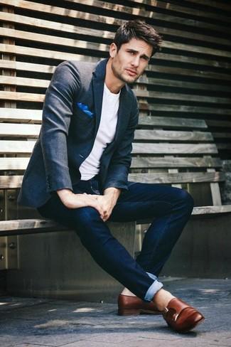 Cómo combinar: blazer en gris oscuro, camiseta con cuello circular blanca, vaqueros azul marino, zapatos con doble hebilla de cuero marrónes