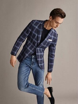 Cómo combinar: blazer de lana de tartán azul marino, camiseta con cuello circular negra, vaqueros azules, mocasín de terciopelo negro