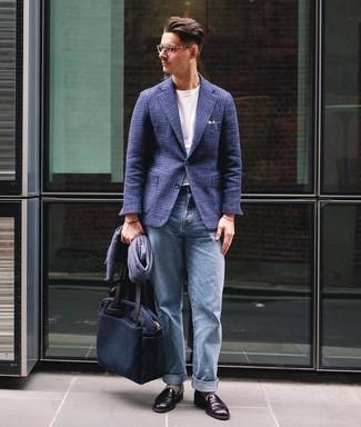 Cómo combinar: blazer de lana de tartán azul marino, camiseta con cuello circular blanca, vaqueros celestes, mocasín de cuero burdeos