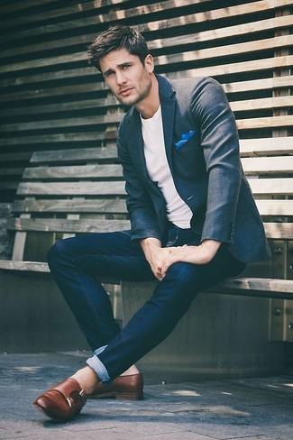Cómo combinar: blazer de lana en gris oscuro, camiseta con cuello circular blanca, vaqueros pitillo azul marino, zapatos con doble hebilla de cuero marrónes
