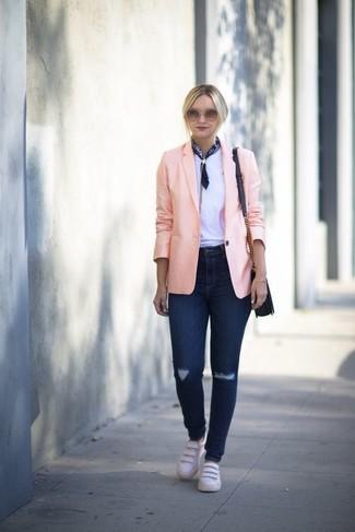 Cómo combinar: blazer rosado, camiseta con cuello circular blanca, vaqueros pitillo desgastados azul marino, tenis de cuero blancos