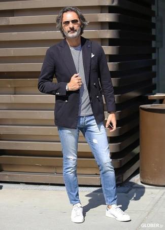 Cómo combinar: blazer de algodón en marrón oscuro, camiseta con cuello circular de rayas horizontales en blanco y azul marino, vaqueros pitillo desgastados celestes, tenis de cuero blancos