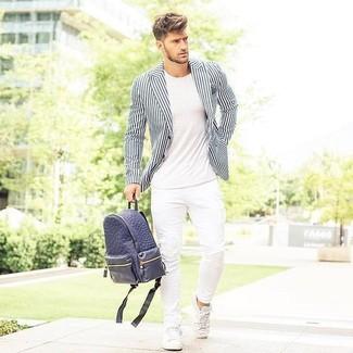 Cómo combinar: blazer de rayas verticales en blanco y negro, camiseta con cuello circular blanca, vaqueros pitillo blancos, tenis de cuero blancos