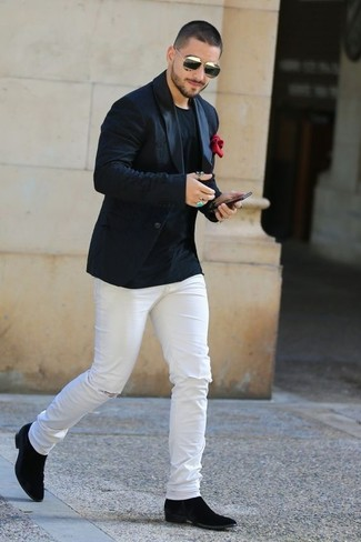 Cómo combinar: blazer negro, camiseta con cuello circular negra, vaqueros pitillo desgastados blancos, botines chelsea de ante negros