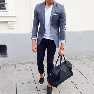 Cómo combinar: blazer gris, camiseta con cuello circular blanca, vaqueros pitillo negros, zapatillas slip-on de cuero negras