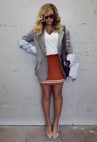 Cómo combinar: blazer gris, camiseta con cuello en v blanca, minifalda roja, zapatos de tacón de terciopelo rosados