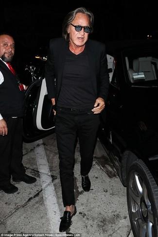 Cómo combinar: blazer negro, camiseta con cuello en v negra, pantalón chino negro, mocasín de cuero negro