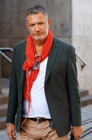 Look de moda: Blazer en gris oscuro, Camiseta con cuello en v blanca, Pantalón chino marrón claro, Bufanda roja