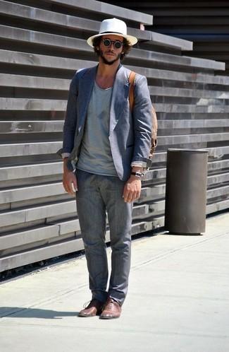 Cómo combinar: blazer de algodón azul, camiseta con cuello en v celeste, pantalón de vestir de lino gris, zapatos oxford de cuero marrónes
