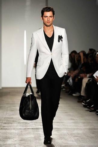 Cómo combinar: blazer blanco, camiseta con cuello en v negra, pantalón de vestir negro, zapatos con hebilla de cuero negros