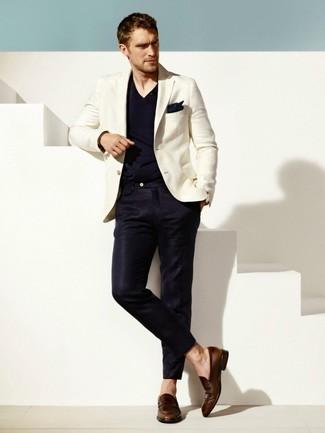 Cómo combinar: blazer blanco, camiseta con cuello en v azul marino, pantalón de vestir azul marino, mocasín de cuero en marrón oscuro