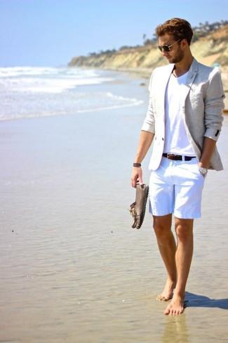 Cómo combinar: blazer de seersucker gris, camiseta con cuello en v blanca, pantalones cortos de seersucker blancos, mocasín de cuero marrón