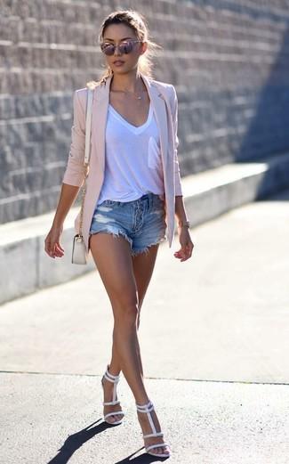 Cómo combinar: blazer rosado, camiseta con cuello en v blanca, pantalones cortos vaqueros desgastados azules, sandalias de tacón de cuero blancas
