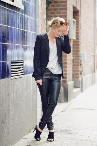 Cómo combinar: blazer azul marino, camiseta con cuello en v gris, pantalones pitillo de cuero negros, sandalias de tacón de ante negras