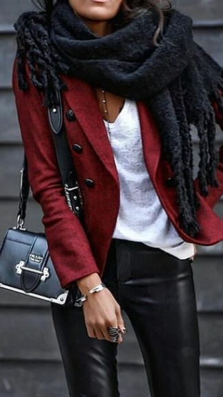 Cómo combinar: blazer de lana rojo, camiseta con cuello en v blanca, pantalones pitillo de cuero negros, bolso bandolera de cuero negro