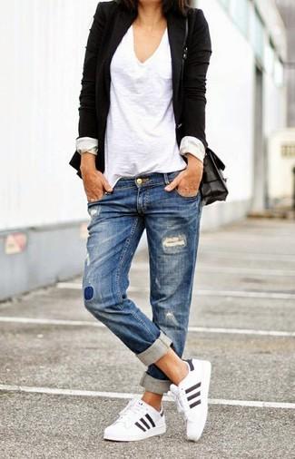 Elige un blazer negro y unos vaqueros boyfriend desgastados azules para un almuerzo en domingo con amigos. Si no quieres vestir totalmente formal, elige un par de deportivas blancas.