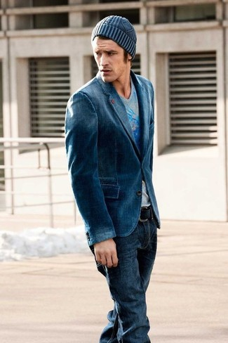 Cómo combinar: blazer vaquero azul, camiseta con cuello en v estampada gris, vaqueros azul marino, gorro azul marino