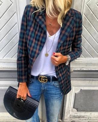 Cómo combinar: blazer de tartán azul marino, camiseta con cuello en v blanca, vaqueros azules, cartera sobre negra