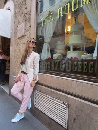 Cómo combinar: blazer en beige, camiseta de manga larga con print de flores celeste, pantalón chino rosado, tenis celestes