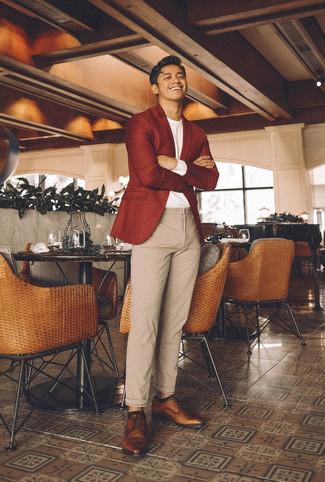 Cómo combinar: blazer de lana rojo, camiseta de manga larga blanca, pantalón chino de lana en beige, zapatos derby de cuero marrónes