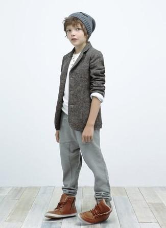 Cómo combinar: blazer gris, camiseta de manga larga blanca, pantalón de chándal gris, botas marrónes