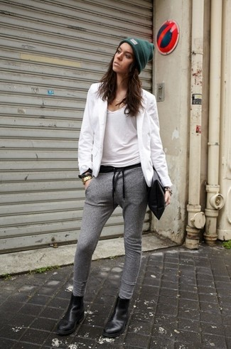 Un blazer blanco y un pantalón de chándal gris son una opción buena para el fin de semana. Botines chelsea de cuero negros son una opción grandiosa para completar este atuendo.