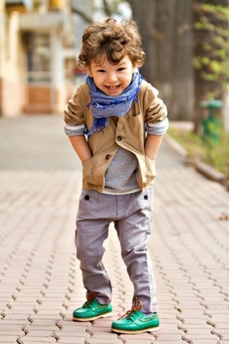 Cómo combinar: blazer marrón claro, camiseta de manga larga gris, pantalones grises, náuticos verdes