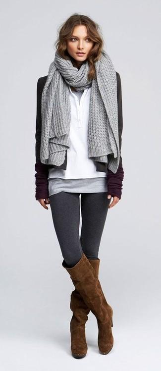 Cómo combinar: blazer en gris oscuro, camiseta henley blanca, camiseta sin manga gris, leggings en gris oscuro