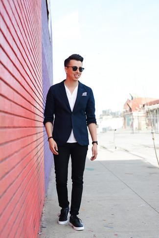 Cómo combinar: blazer azul marino, camiseta henley blanca, pantalón chino negro, tenis de cuero azul marino