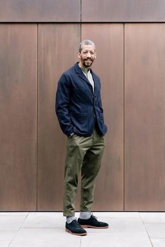 Cómo combinar: blazer vaquero azul marino, camiseta henley verde oliva, pantalón chino verde oliva, zapatos derby de ante negros