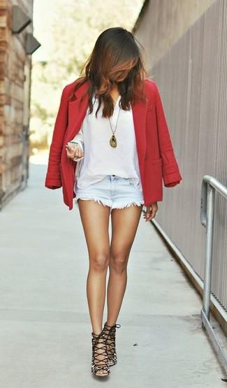 Cómo combinar: blazer de lana rojo, camiseta henley blanca, pantalones cortos vaqueros celestes, sandalias de tacón de ante de leopardo marrónes