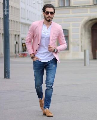 Cómo combinar: blazer rosado, camiseta henley blanca, vaqueros pitillo desgastados azules, mocasín con borlas de ante marrón claro