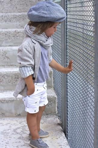 Cómo combinar: blazer gris, camiseta gris, pantalones cortos blancos, náuticos grises