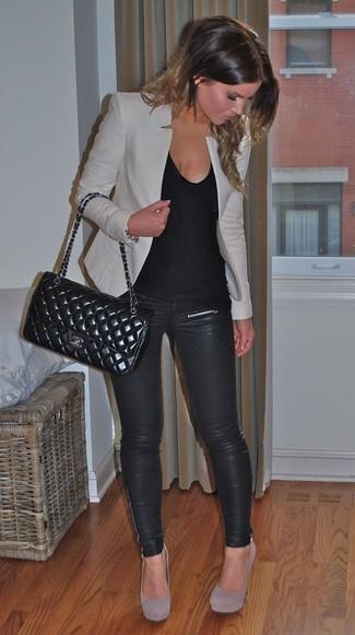 Este combinación de un blazer gris y unos leggings de cuero negros te da una onda muy informal y accesible. Zapatos de tacón de ante grises son una forma sencilla de mejorar tu look.
