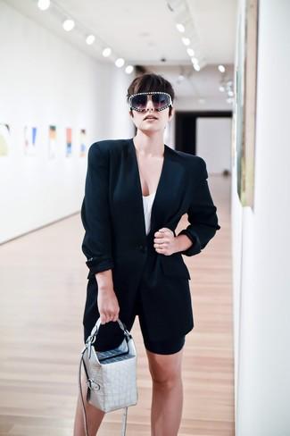Cómo combinar: blazer negro, camiseta sin manga blanca, mallas ciclistas negras, cartera de cuero plateada