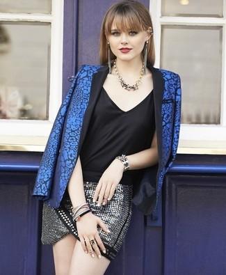 Cómo combinar: blazer con print de flores azul, camiseta sin manga de seda negra, minifalda de lentejuelas plateada, collar dorado
