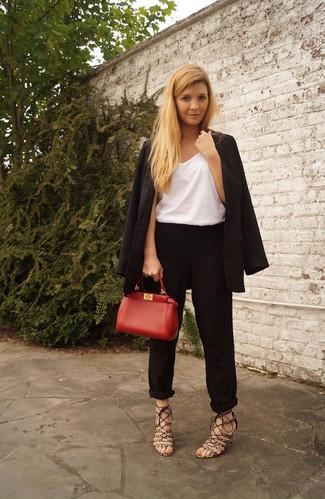 Cómo combinar: blazer negro, camiseta sin manga blanca, pantalón de pinzas negro, sandalias de tacón de ante de leopardo marrónes
