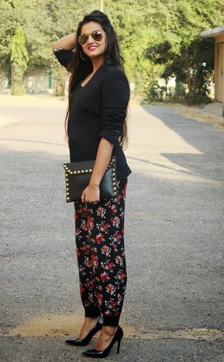 Cómo combinar: blazer negro, camiseta sin manga negra, pantalón de pinzas con print de flores negro, zapatos de tacón de cuero negros