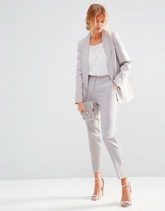 Look de moda: Blazer gris, Camiseta sin manga de seda blanca, Pantalón de vestir gris, Sandalias de tacón de cuero plateadas